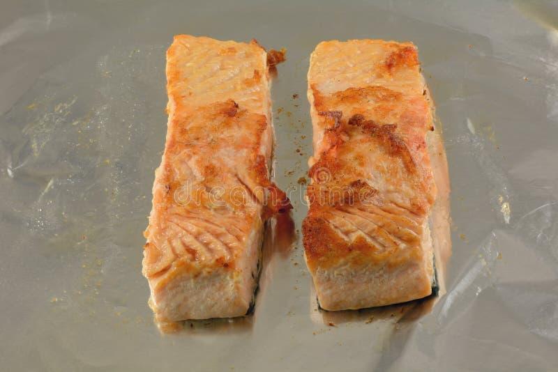 Due hanno cotto i filetti di pesce di color salmone immagini stock