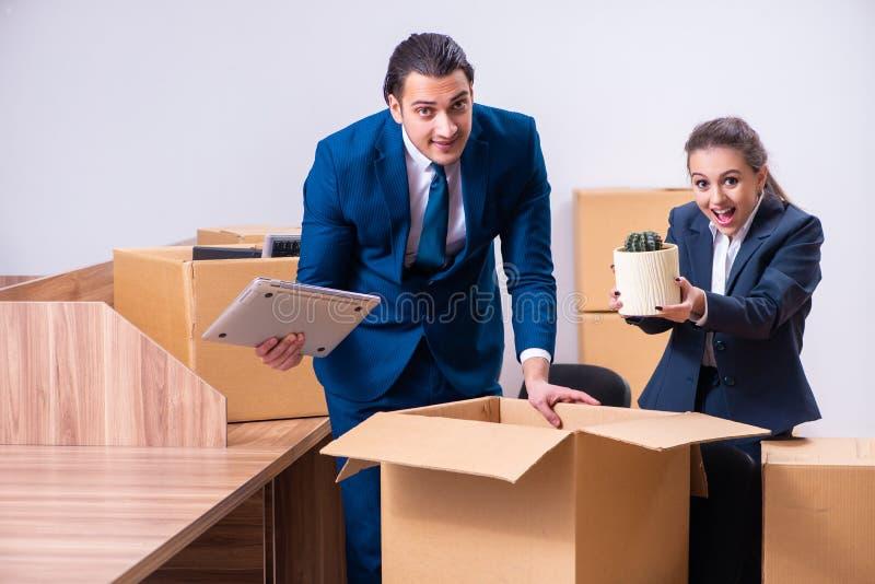 Due impiegati che sono infornati dal loro lavoro fotografie stock