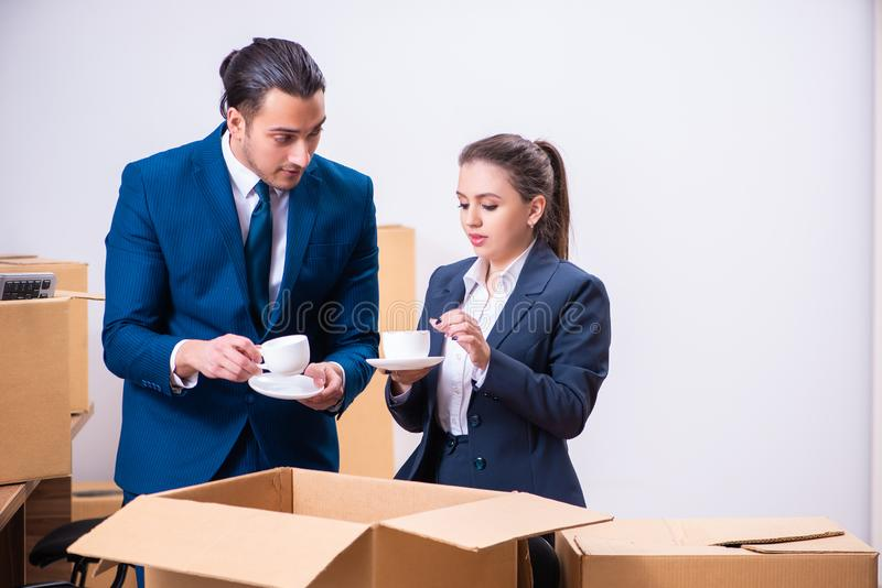 Due impiegati che sono infornati dal loro lavoro immagine stock libera da diritti