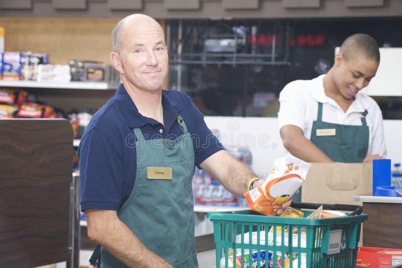 Due impiegati del supermercato fotografia stock libera da diritti