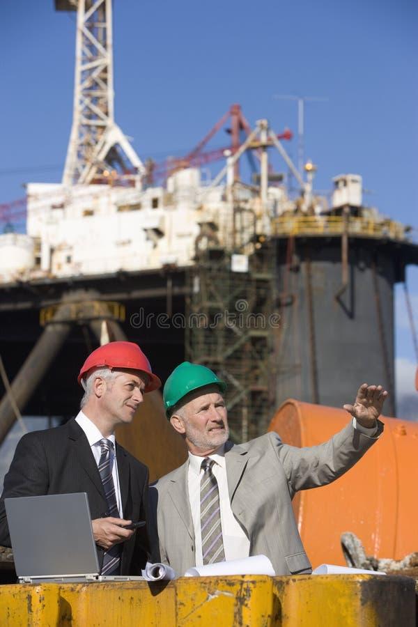 Due ispettori della piattaforma petrolifera immagini stock