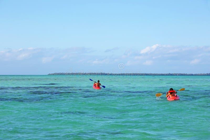 Due kayakers nella laguna enorme di Tahaa fotografia stock libera da diritti