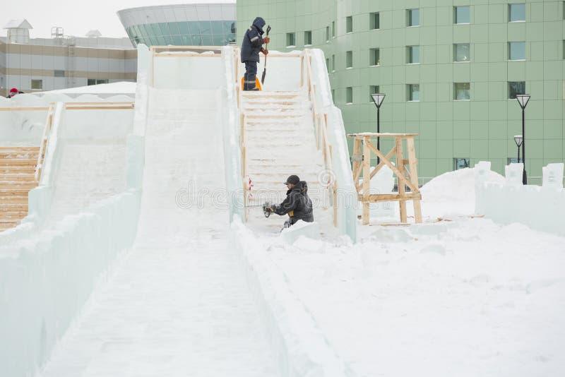 Due lavoratori al sito del campo del ghiaccio immagini stock libere da diritti