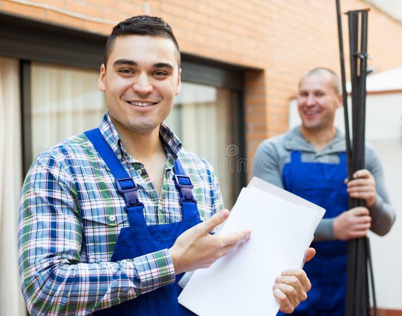 Download Due Lavoratori Alla Fabbrica Immagine Stock - Immagine di americano, professionista: 55359139