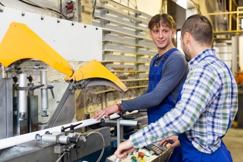 Download Due Lavoratori Che Lavorano Ad Una Macchina Immagine Stock - Immagine di interno, funzionamento: 56878791
