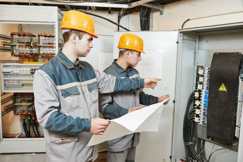 Due lavoratori dell'elettricista fotografie stock libere da diritti