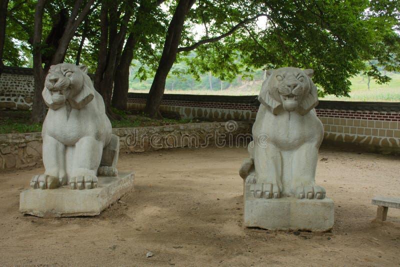 Due leoni di pietra immagine stock