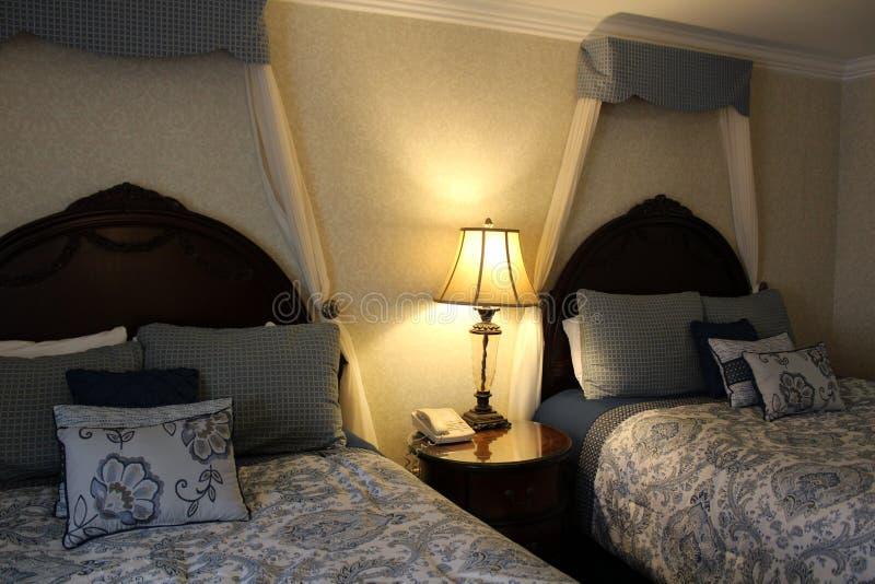 Due letti della suite di lusso invitano a rilassarsi e riposare per la notte, The Red Coach Inn, Niagara Falls, New York, 2018 fotografia stock