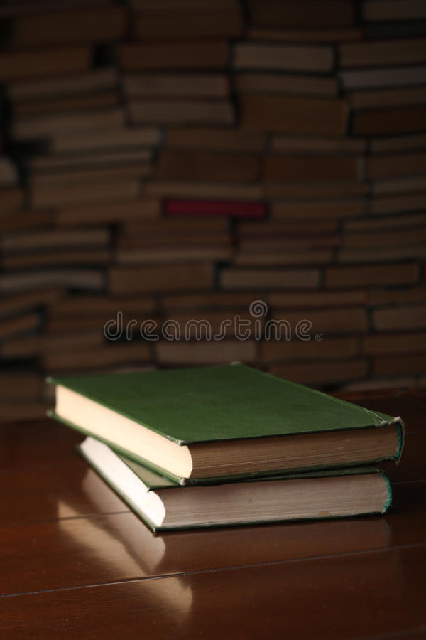Due libri sono sulla tavola di legno contro fondo una serie di libri fotografia stock libera da diritti
