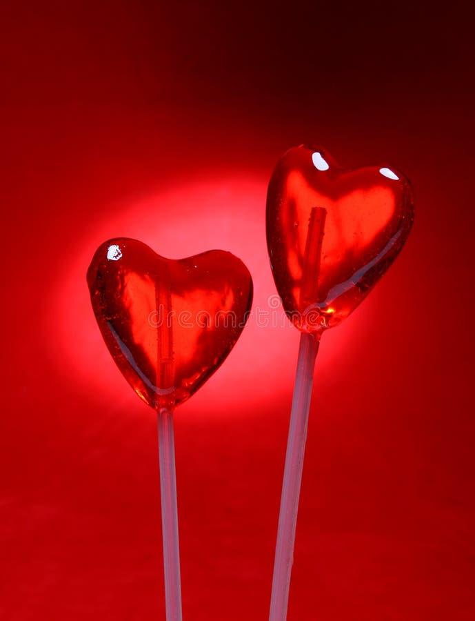 Due lollipops a forma di del cuore per il biglietto di S. Valentino immagine stock libera da diritti