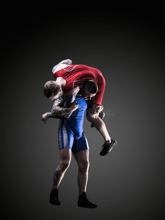 Due lottatori di stile libero nel lottare durante l'addestramento fotografia stock
