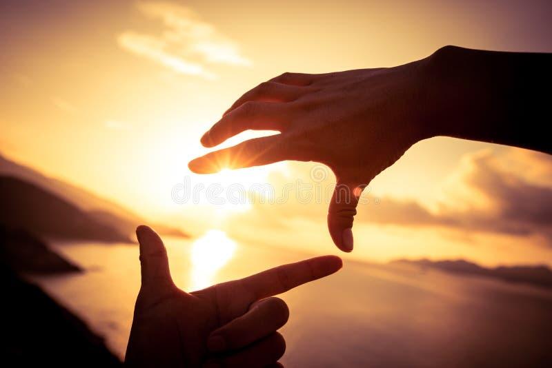 Due mani che fanno forma della struttura immagine stock libera da diritti