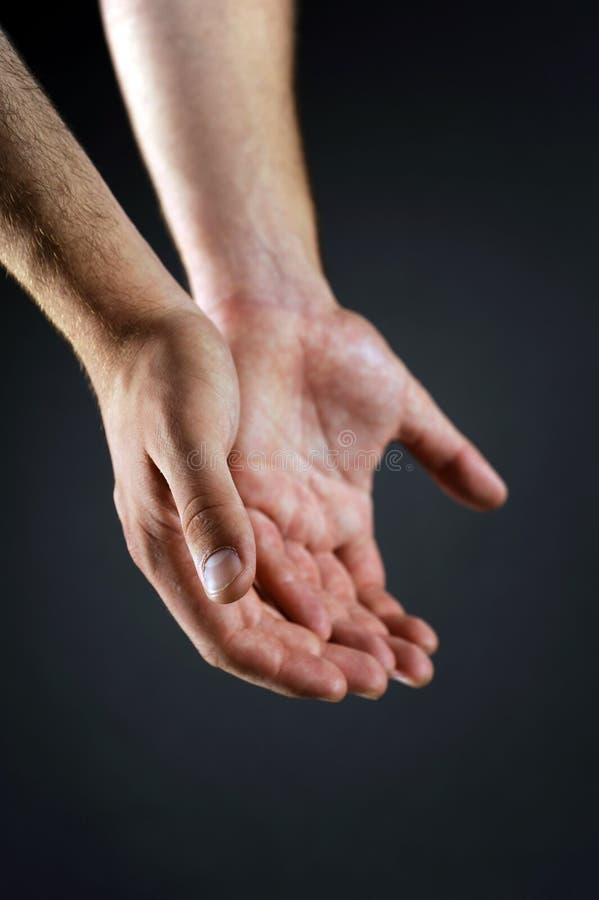 Due mani che raggiungono l'un l'altro fotografia stock