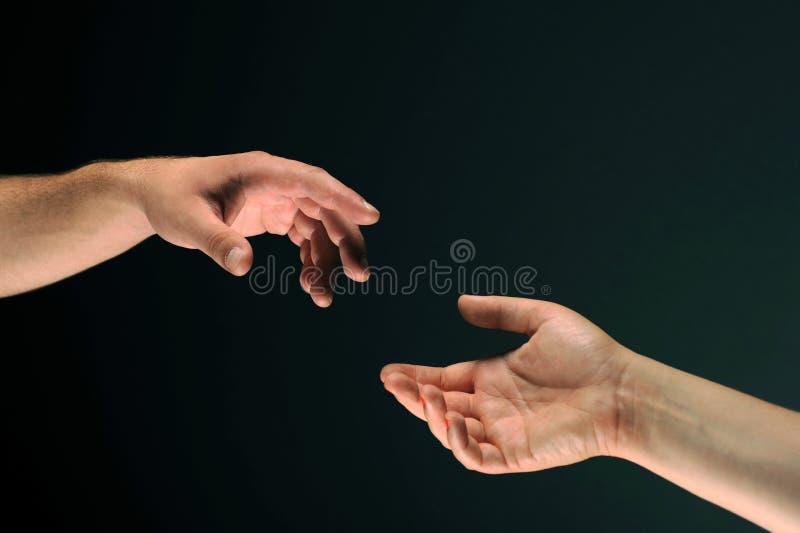 Due mani che raggiungono l'un l'altro fotografia stock libera da diritti