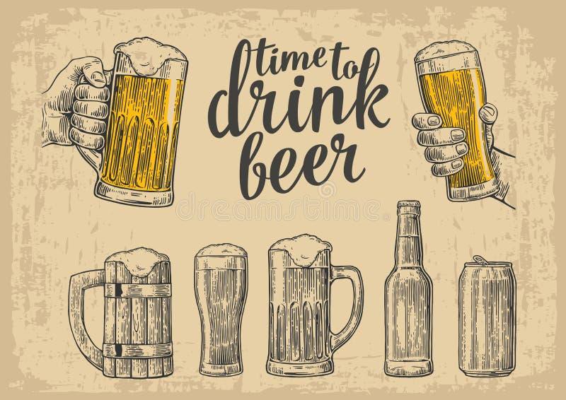 Due mani che tengono la tazza di vetro di birra Vetro, latta, bottiglia Illustrazione d'annata per il web, manifesto dell'incisio illustrazione di stock
