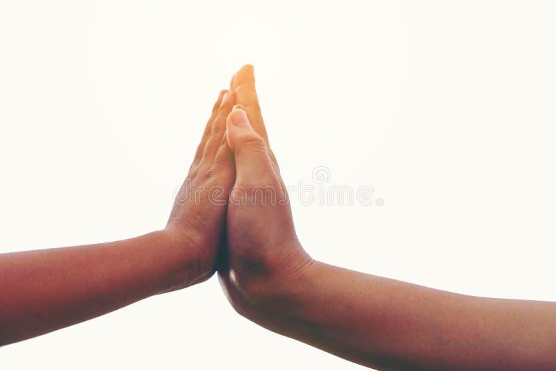 Due mani insieme, vicino su della madre o sorella più anziana e un 'chi' immagine stock libera da diritti