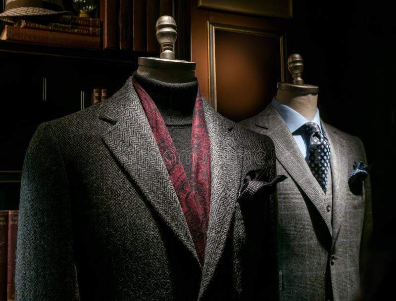 Due Mannequins in cappotto ed in vestito immagine stock