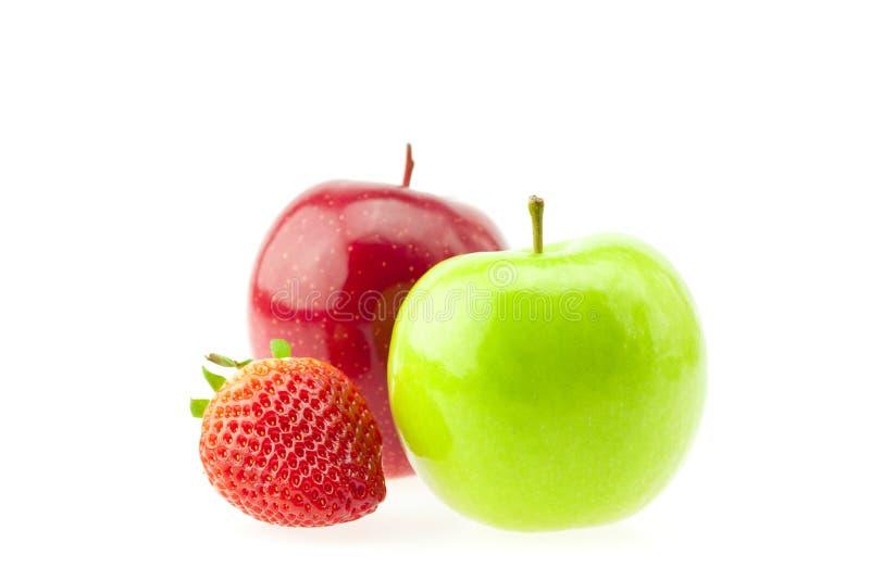 Due mele e fragole isolate su bianco immagini stock