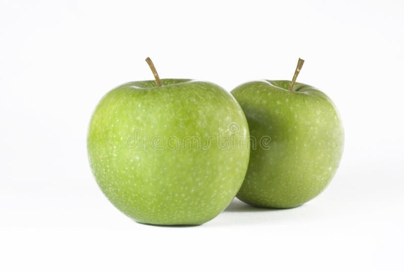 Due mele succose su un fondo bianco immagini stock