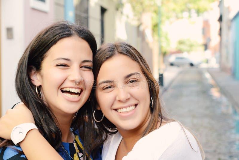 Due migliori amici, sorridenti insieme e divertentesi immagini stock