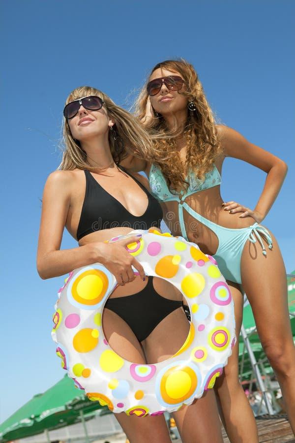 Due modelli con l'anello gonfiabile multicolore fotografie stock libere da diritti