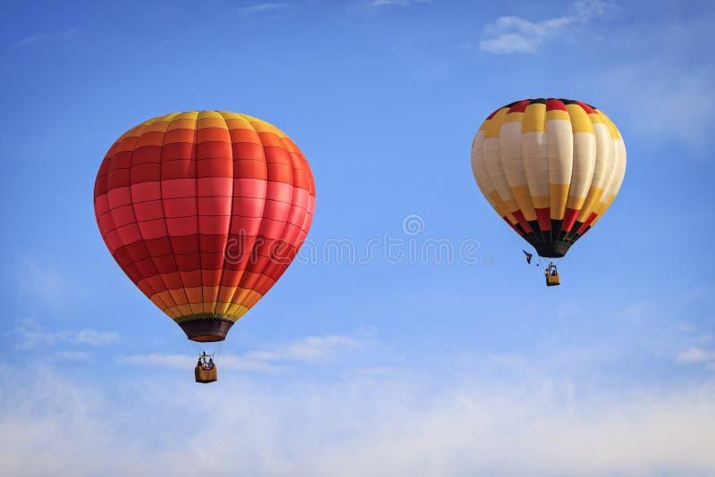 Due mongolfiere contro un cielo blu fotografie stock libere da diritti