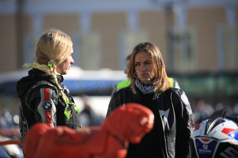 Due motociclisti femminili che parlano l'un l'altro fotografia stock