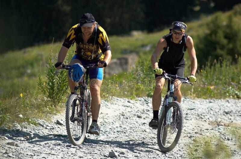 Due motociclisti sulla strada dell'alta montagna fotografia stock libera da diritti