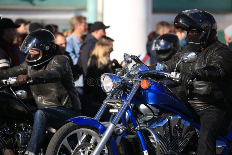 Due motociclisti sulle loro bici un giorno soleggiato, fine su immagine stock