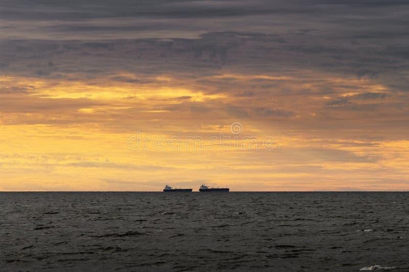 Due navi da carico che navigano attraverso il Mar Baltico fotografia stock