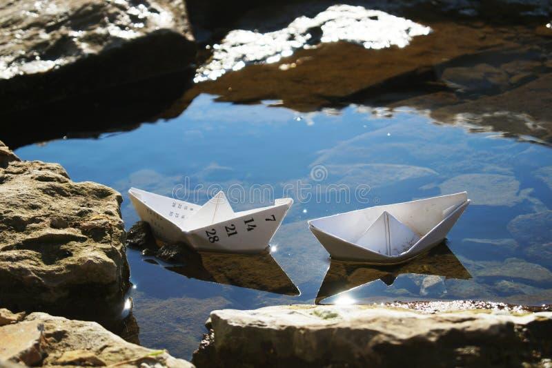 Due navi di carta nella pozza immagini stock