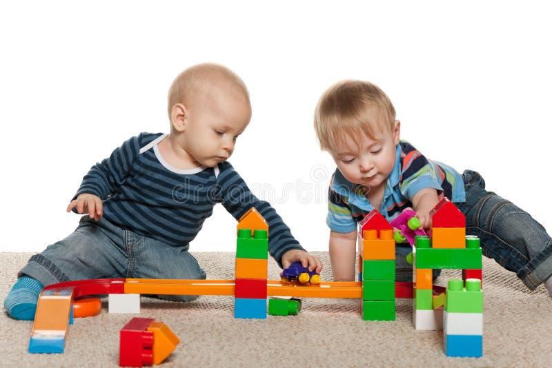 Due neonati stanno giocando immagini stock