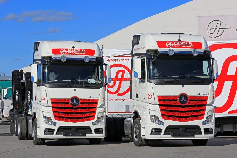Due nuova Mercedes-Benz Actros Trucks Parked immagini stock libere da diritti