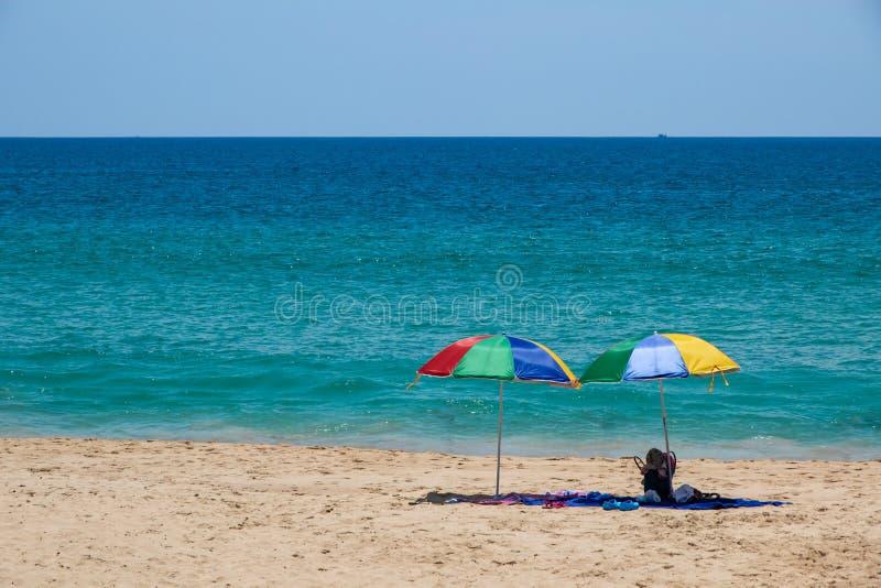 Due ombrelli variopinti sulla spiaggia di sabbia bianca immagine stock libera da diritti