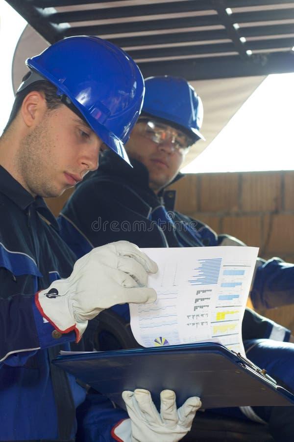 Download Due operai di costruzione immagine stock. Immagine di modello - 7320077
