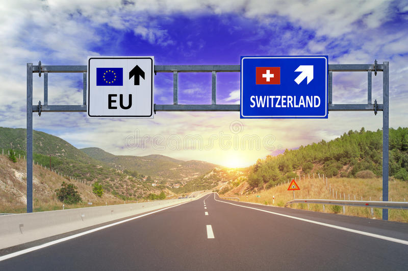 Due opzioni UE e Svizzera sui segnali stradali sulla strada principale immagini stock
