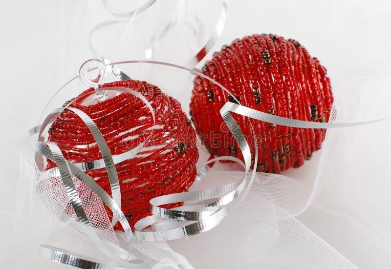 Due ornamenti in rilievo rossi di natale con il nastro d'argento immagini stock libere da diritti