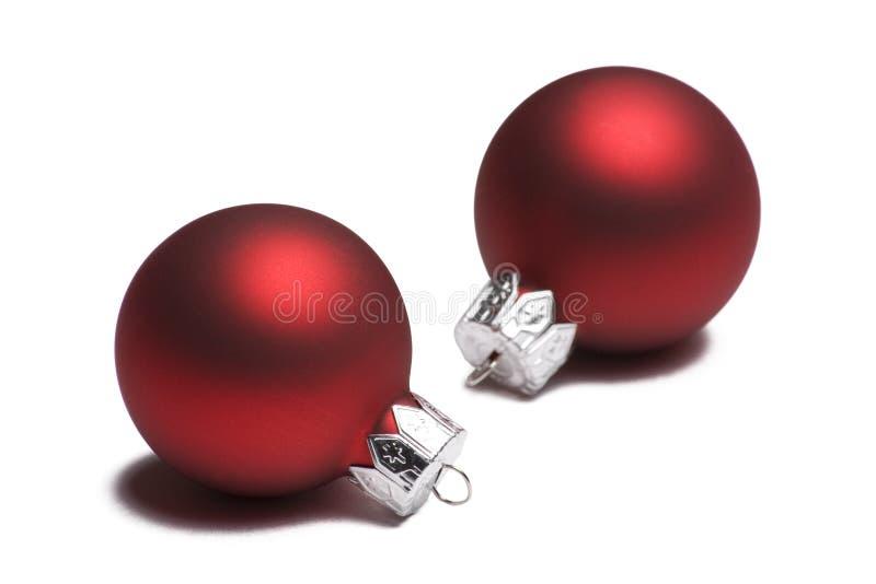 Due ornamenti rossi di natale su bianco fotografia stock libera da diritti
