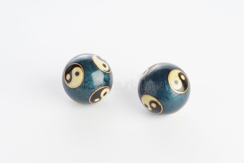 Due palle cinesi blu di yin yang su fondo bianco fotografia stock