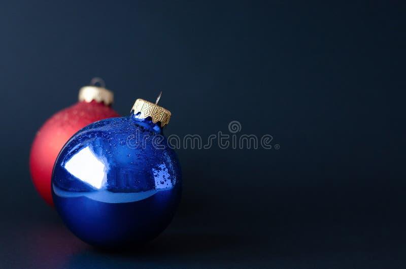Due palle sull'albero di Natale su un fondo nero fotografia stock libera da diritti