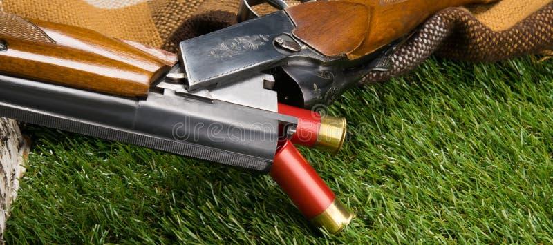Due pallottole rosse per una pistola, sono caduto su un prato inglese verde immagine stock