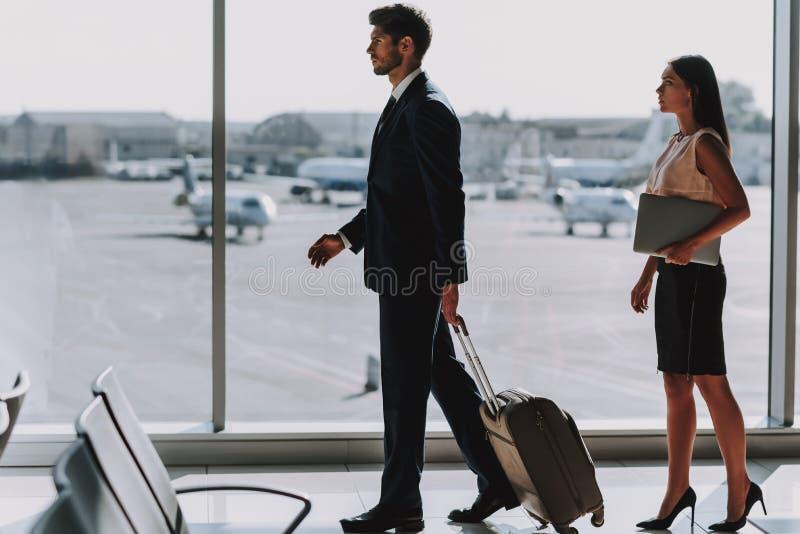 Due partner stanno andando atterrare all'aeroporto fotografia stock