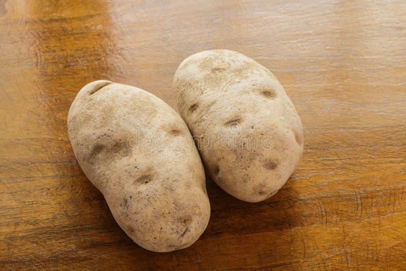 Due patate bollenti sulla Tabella di legno immagini stock