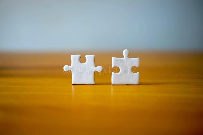 Due pegni del puzzle sullo scrittorio di legno del worwd del de Harmony Teamwork I  immagini stock libere da diritti