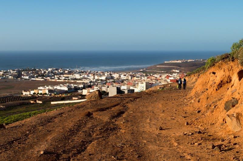 Due persone che camminano verso Sidi Ifni, Marocco immagine stock