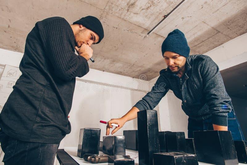 Due persone che preparano un furto fotografia stock