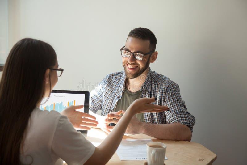 Due persone di affari che discutono i dettagli di un contratto fotografia stock