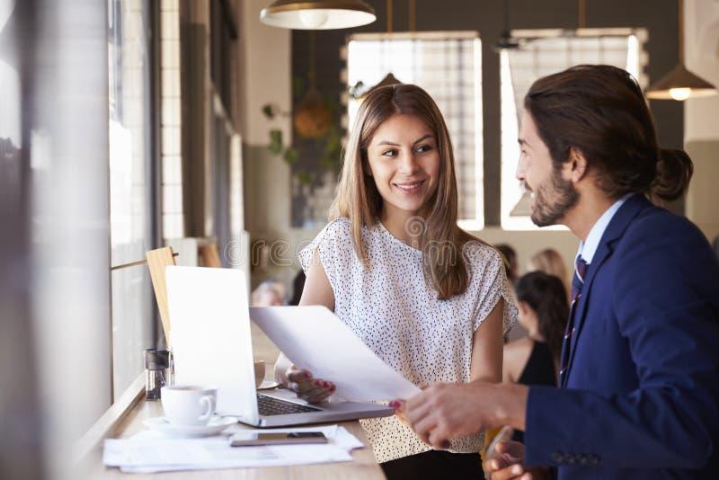 Due persone di affari che hanno riunione informale in caffetteria fotografie stock