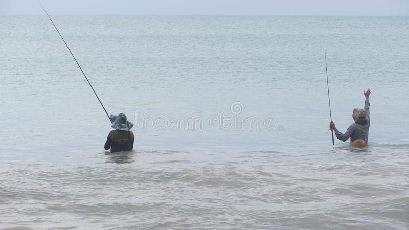 Due pescatori con le parti posteriori fotografia stock