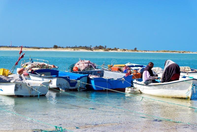 Due pescatori sulla riva del mar Mediterraneo a Djerba, Tunisia fotografia stock libera da diritti